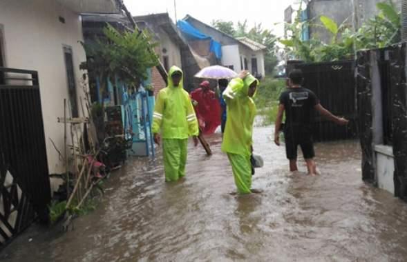 Image result for hujan deras lima jam tanah longsor danbanjir